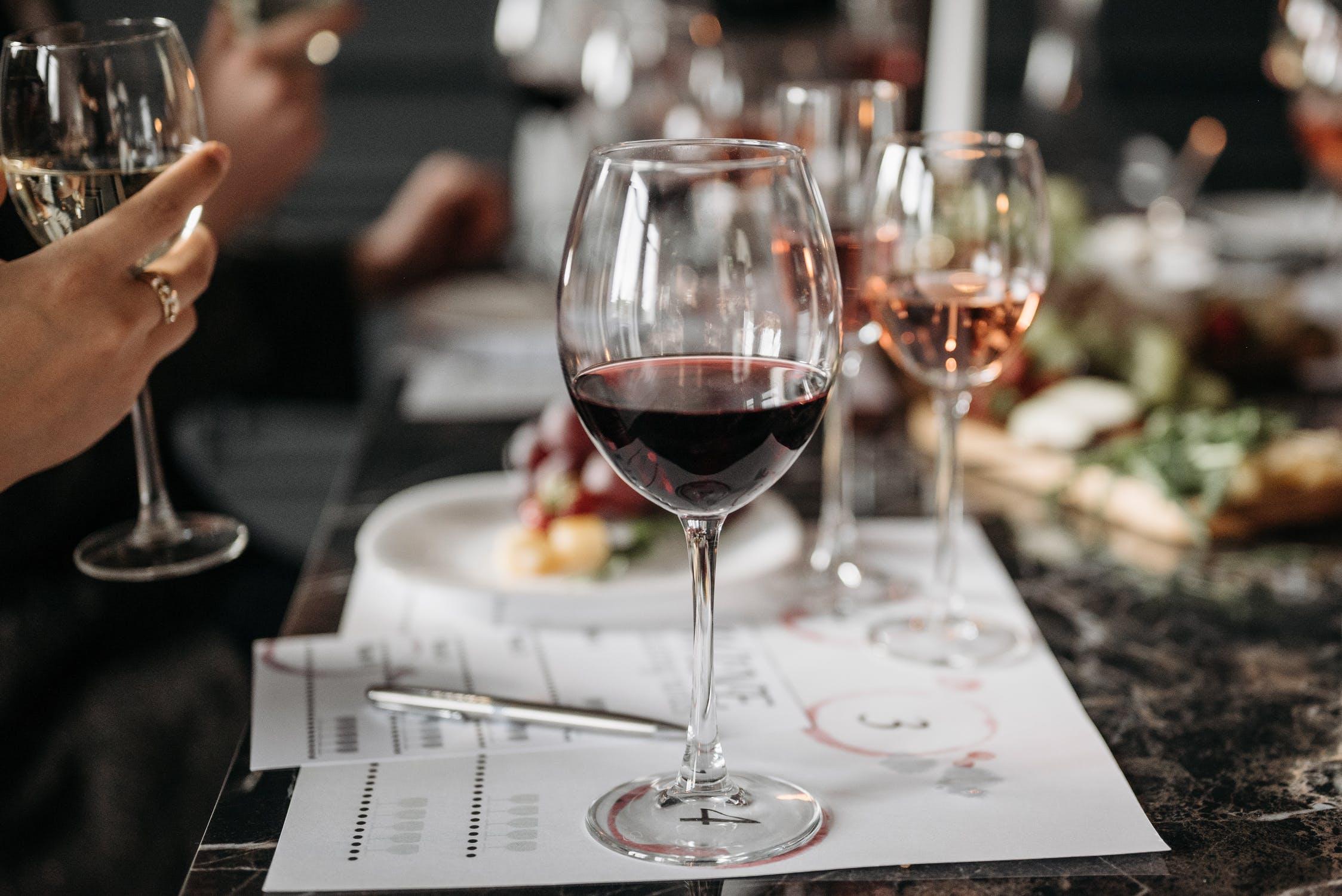 Qual è la temperatura di servizio per vino rosso?